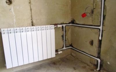 Трубы отопления в стене